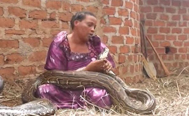 spavala je sa zmijom