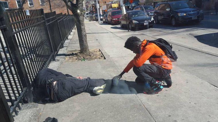 Tinejdžer prišao beskućniku koji je spavao pa se pomolio za njega