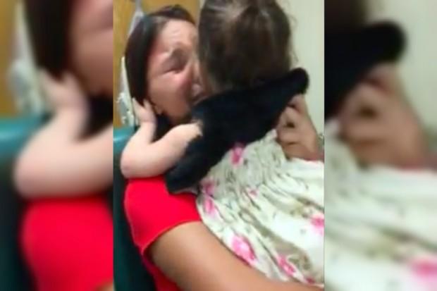 Majka je podigla kćerku u naručje a kada joj je pogledala u oči i vidjela