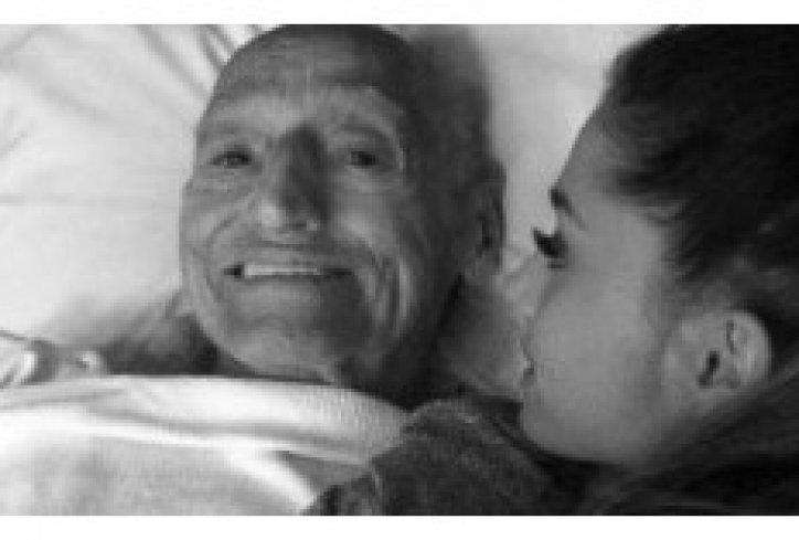djevojčica je sjedila pored kreveta bolesnog djeda