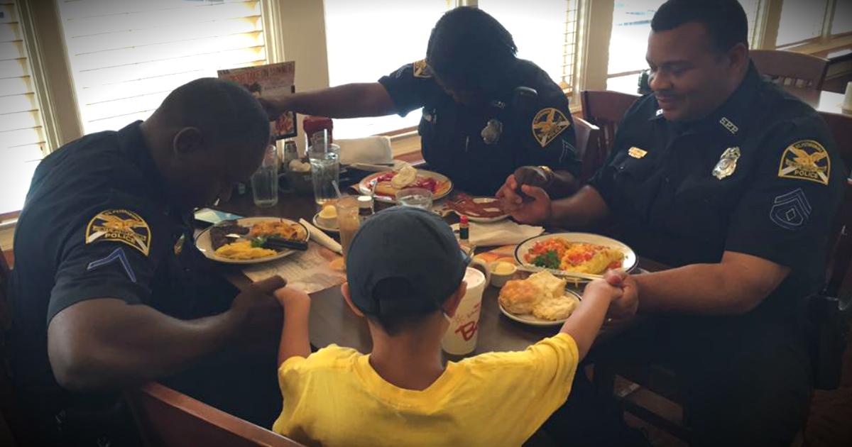 dječak prišao policajcima te se pomolio za njih