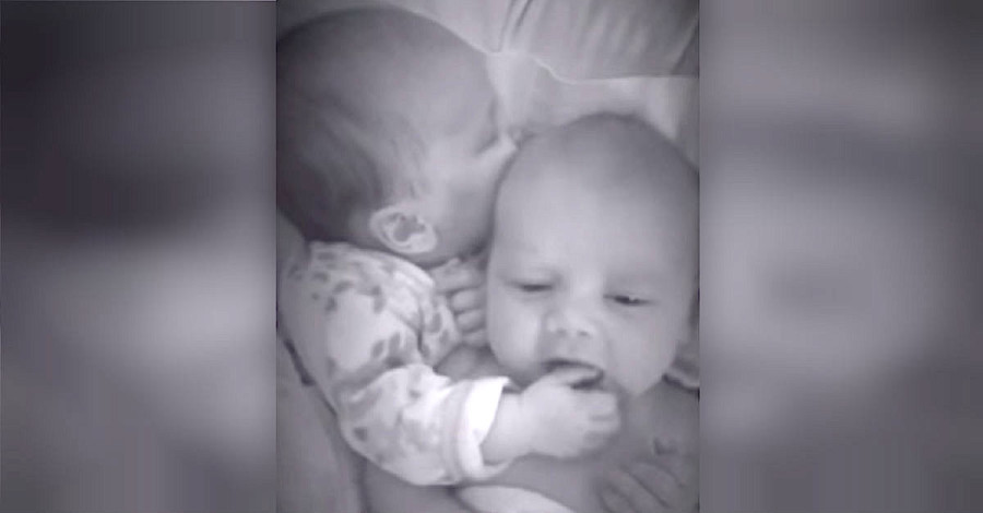 novorođena sestra blizanka pomogla bratu da prestane plakati