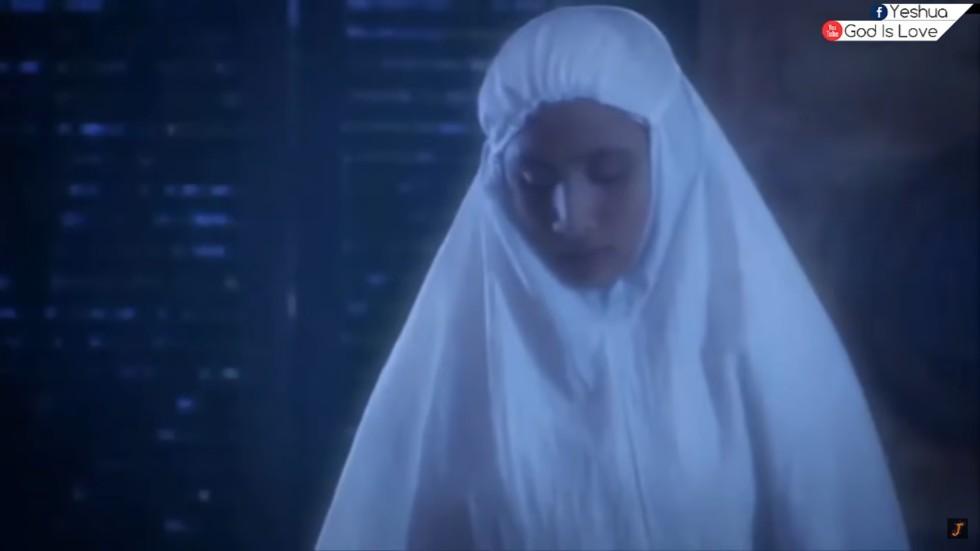 mladu muslimanku obasjala svjetlost s neba