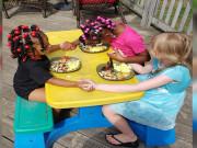 djevojčice se mole prije jela