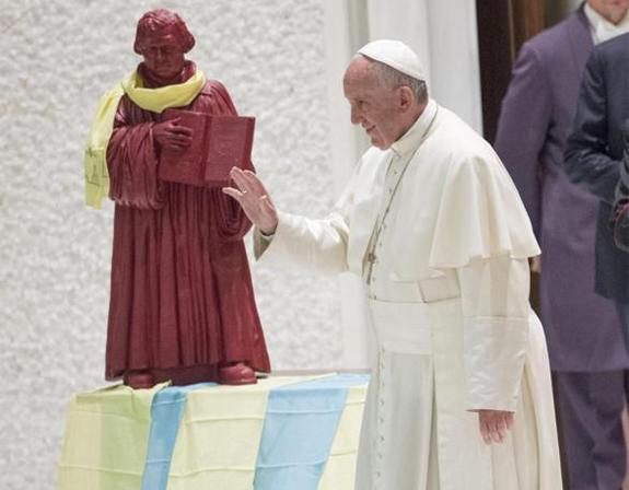 u vatikanu postavljen kip Martina Luthera
