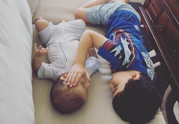zagrljeni sinovi