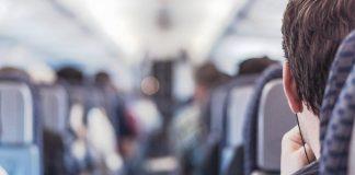 Mladić ismijao staricu koja je u avionu čitala Bibliju