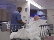 bolničar pomaže pacijentima