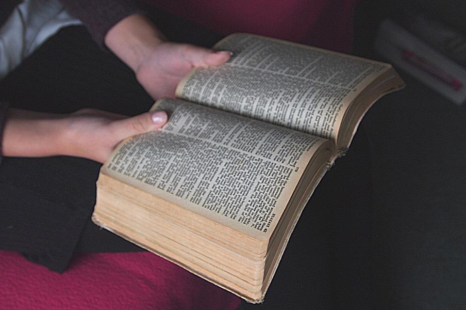 žena čita Bibliju