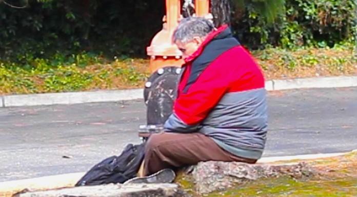 beskućnik djevojka novac