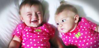 Blizanka nasmijava sestru