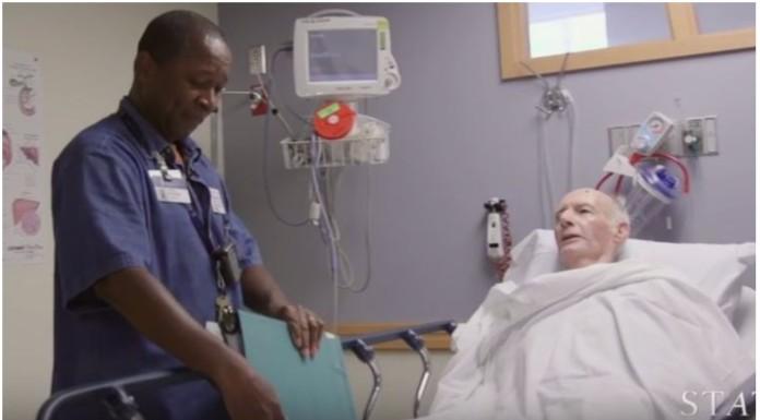 bolničar pjeva pacijentima