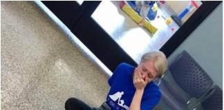 Majka počela plakati autistični sin leži na podu