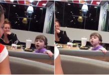 Djevojčica pjeva u restoranu