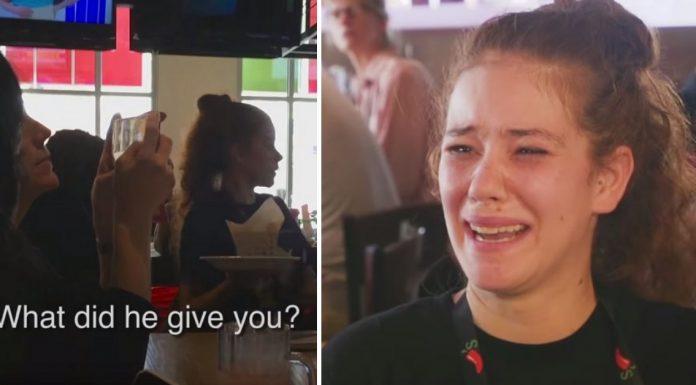 Mlada konobarica neobična napojnica