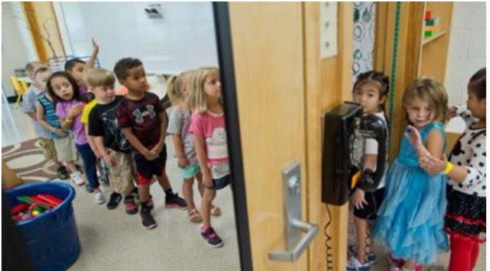učiteljica šalje učenike u ormar