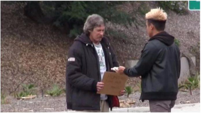 dao beskućniku novac pratio