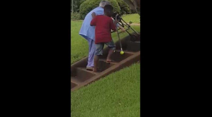 dječak pomaže starici