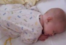 mama pokušava probuditi bebu