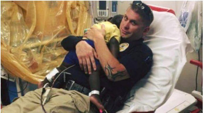 policajac grli napušteno dijete