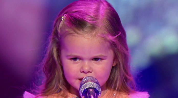 trogodišnja djevojčica pjeva