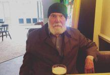 voditelj kafića odlučio doznati čovjek pije pivo
