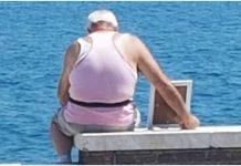 djed odlazio na obalu s jednom fotografijom