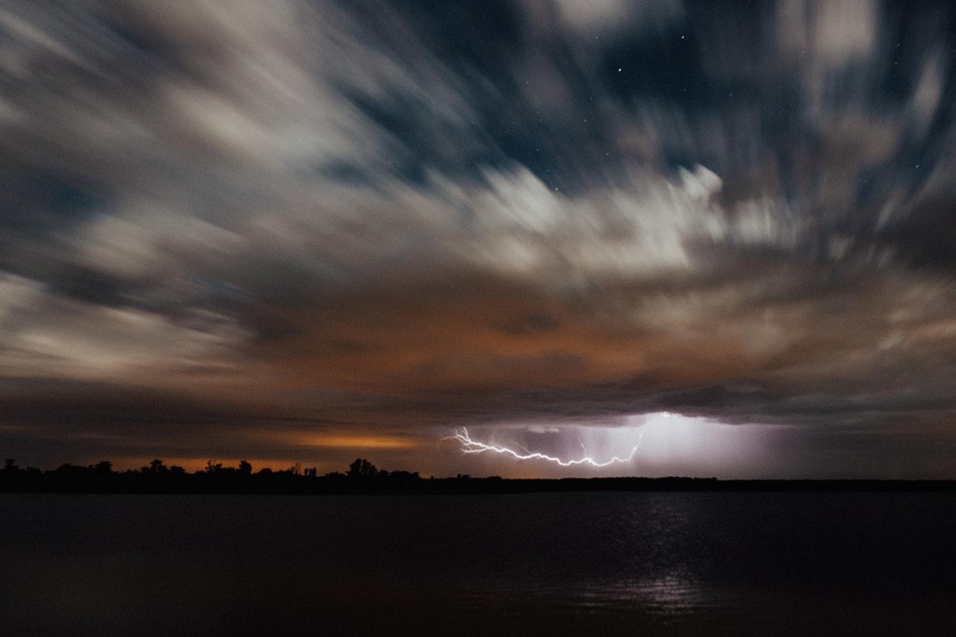 dolazi oluja Bog