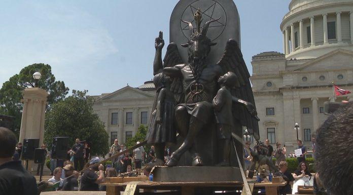 Sotonisti šokirali Amerikance Na središnjem gradskom trgu obožavali sotonin kip