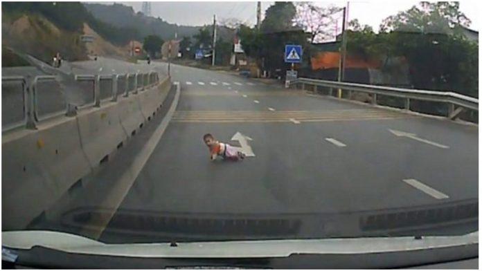 Beba puže po autocesti