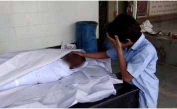 Dječak plače nad mrtvim tijelom svoga oca