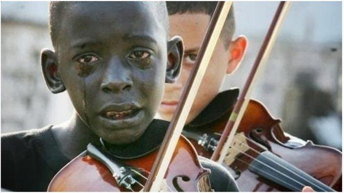 Fotografija dječaka koji sa suzama u očima svira violinu obišla je svijet, a ono što mu se dogodilo slama srce