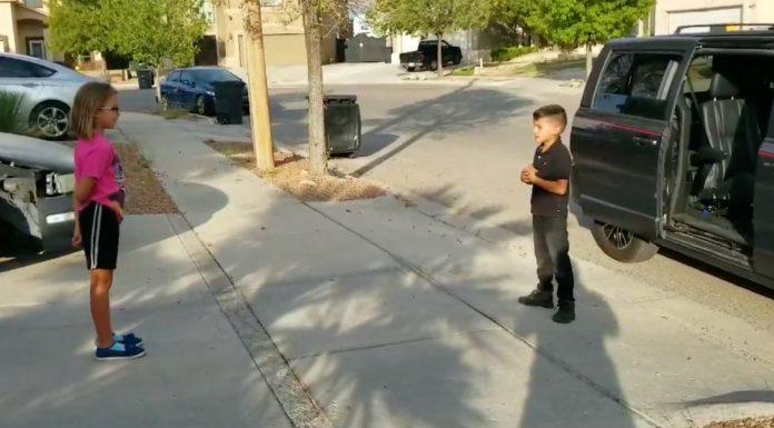 Kada je otkrio da su djevojčicu zlostavljali, dječak se pojavio na njezinim vratima s nevjerojatnim iznenađenjem