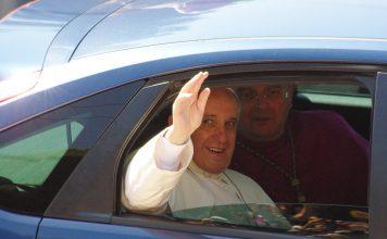 Vatikan objavio šokantnu fotografiju pape Franje s kardinalima koji su se smijali na sastanku o seksualnom zlostavljanju djece