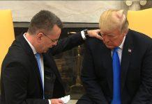 pastor kleknuo pred Trumpa i pomolio se