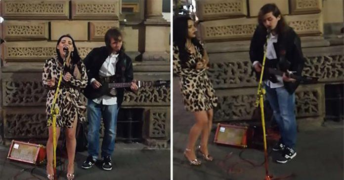 """Neobično odjevena djevojka zapjevala """"Aleluja"""" s uličnim izvođačem"""