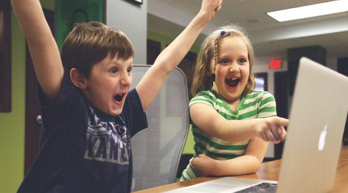 Djeca koja satima gledaju u ekrane riskiraju probleme s pamćenjem, razmišljanjem i govorom
