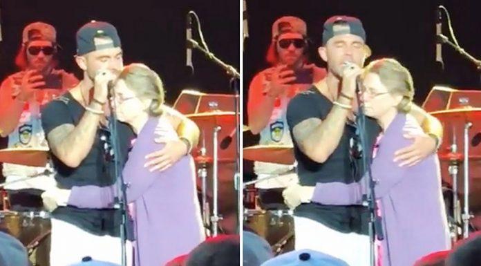 Pjevač doveo na pozornicu majku koja boluje od Alzheimerove bolesti