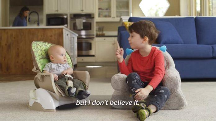 Dječak (4) je dijelio savjete svom malom bratu, a njegova reakcija je nasmijala Internet
