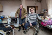 Tata i sin koji su ostali bez nogu i žive u teškim uvjetima trebaju vašu pomoć