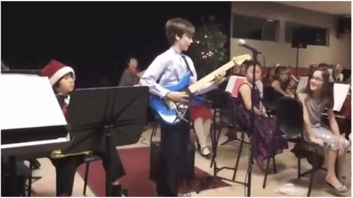 Dječak (10) je zasvirao električnu gitaru pred 300 ljudi