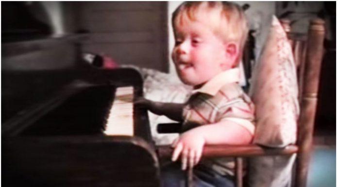 Slijepi mladić je kao beba naučio svirati klavir