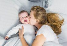 Zašto bi bebe do treće godine trebale spavati s majkama?