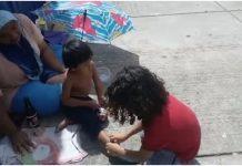 Dječak izuo svoje cipele i da ih malom beskućniku