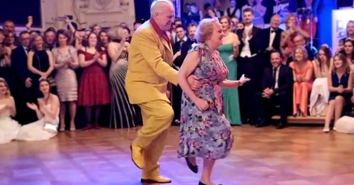 Stariji par je izveo plesne pokrete koje publika nikada neće zaboraviti