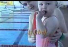 2-godišnja djevojčica pliva u bazenu kao odrasla