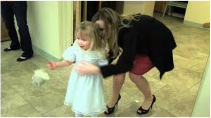 Kum pomogao uplašenoj djevojčici s cvijećem da dođe do oltara