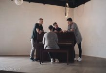 4 muškarca su okupila oko klavira i zapjevala Gospodinu