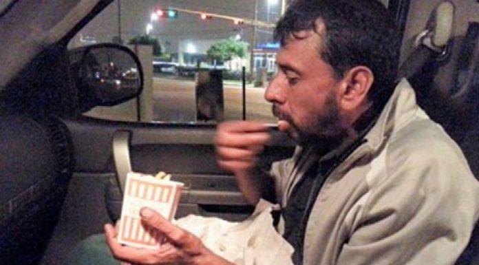 beskućnik počeo plakati slika oca