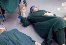 Doktori odmaraju nakon operacije tumora na mozgu koja je trajala 32 sata